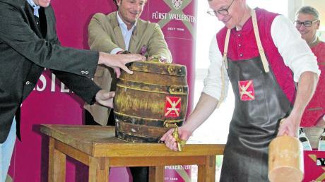 Nördlingens Oberbürgermeister David Wittner bei seinem ersten Bieranstich mit dem Festbier der Fürst-Wallerstein-Brauerei.