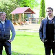 """Uli Wenger (links) und Christoph Groß eröffnen demnächst gemeinsam den """"Hirschgarten"""" am Löpsinger Tor."""
