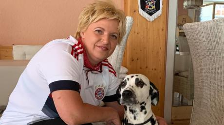 """Elke Kuhl ist die Wirtin der Goldenen Rose in der Baldinger Straße in Nördlingen, im Bild zu sehen mit Wirtshaushund """"Coco""""."""