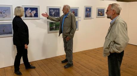 Der Fotograf Helmut Partsch (Mitte) mit Dr. Ruth Kilian (links) und Erich Rieder vom Rieser Naturschutzverein.