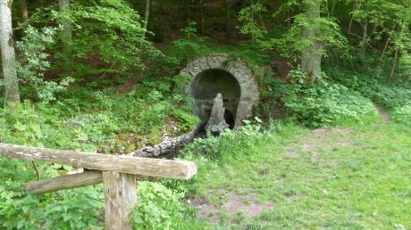 Die Ursprungsgrotte am Ursprungsbach Richtung Bollstadt von Hohenaltheim kommend ist eine Station des Kooperationsgottesdienstes.