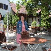 Noch stehen sie an leeren Tischen, aber das soll sich ab Donnerstag ändern: Patricia Bonrath-Landgraf (links) und ihre Schwester Alexandra Bonrath nehmen den altehrwürdigen Rotochsenkeller auf der Marienhöhe wieder in Betrieb, allerdings nur den Biergarten.