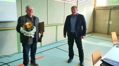 Abschied und Neuanfang: Klaus Schmidt (rechts), der neue Gemeinschaftsvorsitzende der Verwaltungsgemeinschaft Ries, überreichte seinem Vorgänger im Amt, Hermann Schmidt, zum Abschied Blumen, Wein und eine Urkunde.
