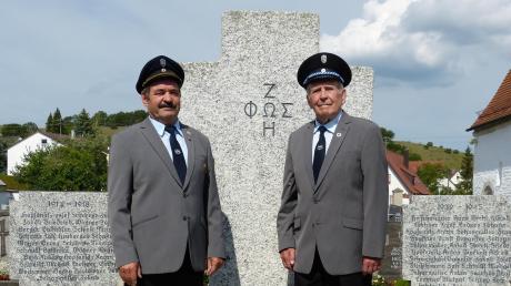 Der Vereinsvorsitzende Theo Betzler (links) und Georg Ott vor dem Holheimer Kriegerdenkmal.