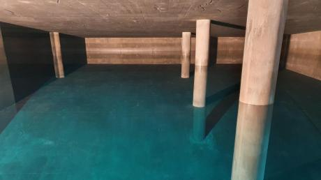 Einer der beiden sechs Meter tiefen Rechteckbehälter. 27 Monate hat der Bau des Hochbehälters der Bayerischen Rieswasserversorgung gedauert. Er soll sicherstellen, dass im Ries zu jeder Zeit genug Trinkwasser zur Verfügung steht.