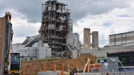 """Im Bereich der Firma Märker in Harburg sind die Vorarbeiten für das Projekt """"Ofen 8"""" angelaufen. Während der Bauphase erhält das Werk eine eigene B-25-Anschlussstelle. Der 80 Meter hohe Wärmetauscherturm (im Hintergrund) wird durch ein neues, 115 Meter hohes Bauwerk ersetzt.  Foto: Wolfgang Widemann"""