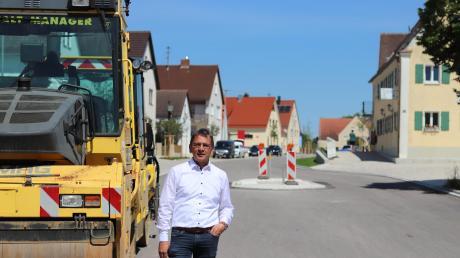 Bürgermeister Wilhelm Rehklau ist froh, dass die Baustelle nach 20 Monaten bald endet. Die Gemeinde hat alle Randbereiche neu gestaltet.