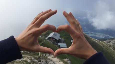 """Die Nördlinger Hütte gilt als """"herzliche Hütte"""", was die Fotografin symbolträchtig darzustellen versuchte."""