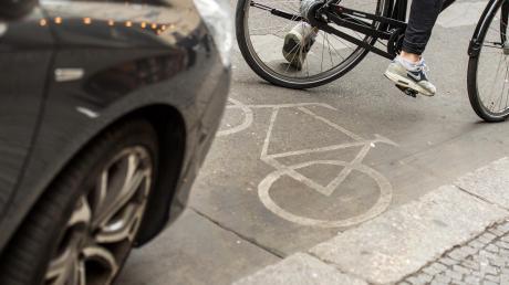 Der Kreis wollte für die Fremdinger Ortsdurchfahrt einen Fahrrad-Schutzstreifen. Die Gemeinde ist nun allerdings dagegen, weil Autos sonst nicht mehr an der Straße halten und parken dürften.