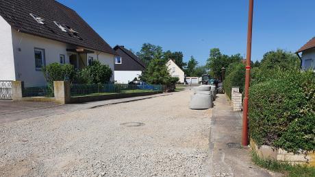In der Fliederstraße werden Schmutz- und Regenwasserkanal in die Straße verlegt und der Gehweg wird verbreitert.