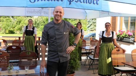 Volker Wörle ist angestellter Koch im Landgasthof Adler in Utzmemmingen. Bald wird er in die Fußstapfen seiner Eltern treten und den Betrieb übernehmen. Auf dem Bild ist er zusammen mit drei Bedienungen auf der hauseigenen Terrasse zu sehen.