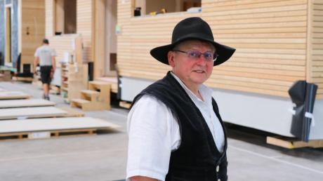 Martin Stark steht in seiner Fertigungshalle für Modulbau-Einheiten. Er ist Geschäftsführer der Zimmerei Stark in Auhausen. Das Unternehmen feiert in diesem Jahr sein hundertjähriges Bestehen.