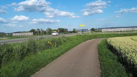 Der bisherige Rad- und Wirtschaftsweg zwischen dem Mittelweg und der Kreisstraße nach Balgheim entlang der B25 soll nach dem dreispurigen Ausbau auf 4,50 Meter verbreitert werden. Das findet in Möttingen wenig Anklang.