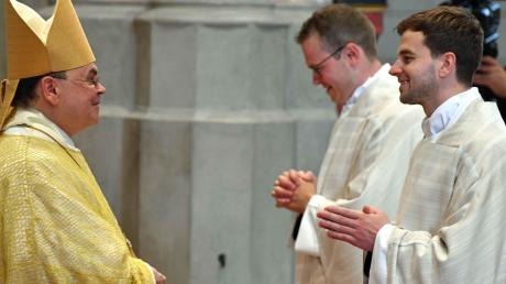 Richard Hörmann (rechts) wurde im Augsburger Dom von Bischof Dr. Bertram Meier zum Priester geweiht.