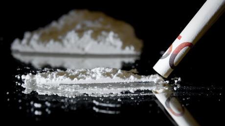 Bei einer Wohnungsdurchsuchung im Ries haben Polizisten Marihuana und Heroin gefunden. Das Heroin war auf einem Bürotisch zu einer Linie gestrichen, um geschnupft zu werden. Der Bewohner war nicht zu Hause.