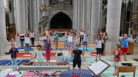 Sie sind froh, wieder singen zu dürfen: Die Mädchen und Buben der Kinderkantorei St. Georg bei einer der ersten Chorproben.