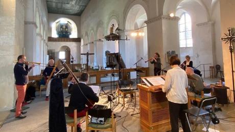 Der erste Einsatz von Musica Ahuse war ganz zeitgemäß ohne Publikum. Da die Akustik in der ehemaligen Klosterkirche Auhausen eine ganz besondere ist, hat die Capella de la Torre diesen Klangraum genutzt, um dort in Zusammenarbeit mit dem Bayerischen Rundfunk eine neue CD einzuspielen.