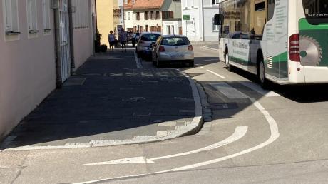 Parkende Autos blockieren oft den Radstreifen der Hallgasse.