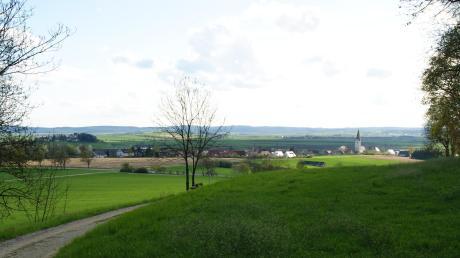 Blick vom Wennenberg auf Dorf und Schloss Alerheim. Nichts erinnert mehr an die schrecklichen Ereignisse vor 375 Jahren. Damals ereignete sich dort eine Schlacht mit tausenden Todesopfern.
