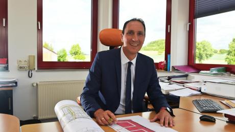 Alerheims Bürgermeister Christoph Schmid – im Bild in seinem Büro zu sehen – sprach mit seinem Gemeinderat in der letzten Sitzung vor der Sommerpause über Kanalsanierungen, Pachtverträge und NöMobil.