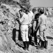 Alan Shepard nimmt Gesteinsproben im Ottinger Steinbruch unter die Lupe. Die Astronauten nahmen ihr Feldtraining außerordentlich ernst.