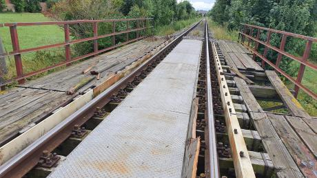 An der Brücke über den Goldbach in der Nähe des Tierheims haben einer oder mehrere Unbekannte am Samstag Holzdielen aus dem Randbereich entfernt und auf die Schienen gelegt. Der Lokführer leitete eine Vollbremsung ein.