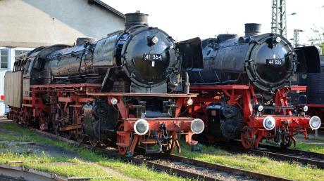 Die beiden Neuerwerbungen des Bayerischen Eisenbahnmuseums: die 80 Jahre ale Dampflok 41364 (links) und die 44606.