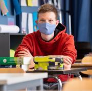 In Augsburger Schulen gelten Abstandsregeln. Trotzdem stehen jetzt fünf Klassen nach Corona-Infektionsfällen unter Quarantäne.