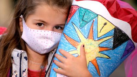 Zumindest auf dem Weg zum Klasszimmer muss auch Erstklässlerin Alina am kommenden Dienstag einen Mund-Nase-Schutz tragen.