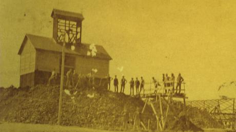 """Einige Männer stehen um das Bergwerk """"Mariengrube"""" verteilt, das vor gut 100 Jahren zwischen Deiningen und Fessenheim gebaut wurde."""