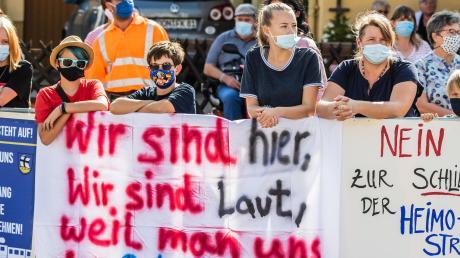 Mit Masken und Plakaten ausgerüstet, demonstrieren am Samstag zahlreiche Anwohner.