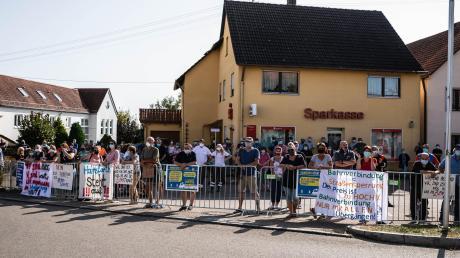 """""""Wir sind hier, wir sind laut, weil ihr uns die Zufahrt klaut"""": Am vergangenen Samstag protestierten in Hainsfarth zahlreiche Anwohner gegen die mögliche Schließung der Heimostraße."""