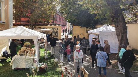 Farben des Herbstes: Kunsthandwerker präsentieren ihre mitunter bunt bemalten Waren, wie hier die Töpferwaren von Gabi Mittring aus Baldingen (links im Bild), und auch die Laubbäume verfärben sich bereits herbstlich.