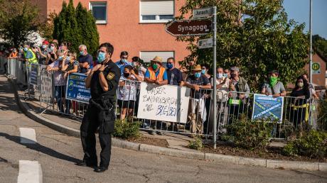 """""""Unser Bahnübergang soll bleiben!"""": 200 Menschen demonstrierten am 19. September gegen die mögliche Schließung des Bahnübergangs an der Hainsfarther Heimostraße."""