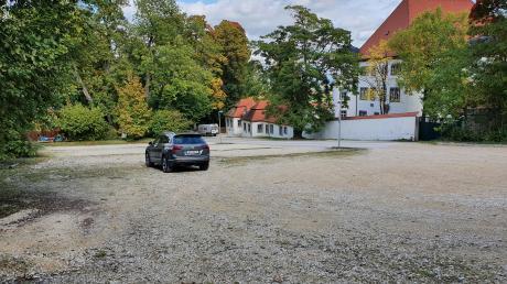Der Schlossparkplatz und der weiter den Berg hochführende Kiesweg werden im Rahmen der Dorferneuerung befestigt und ausgebaut. Das kostet einiges, doch es soll auch eine Förderung geben.