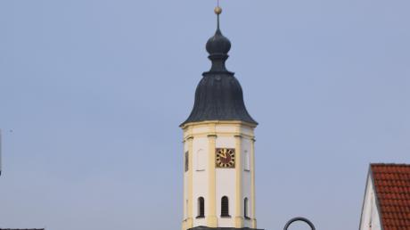 St. Vitus Amerdingen glänzt in weiß und gelb.