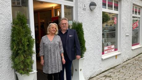 Beatrix und Günter Thum vor ihrem Traditionsgeschäft am Schäfflesmarkt. Bis Ende des Jahres läuft noch der Räumungsverkauf.