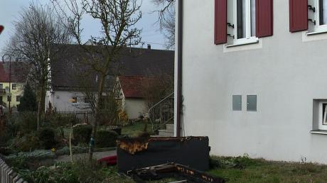 Überreste des Feuers: Im Garten des Aufhausener Pfarrhauses liegen von der Flammen versengte Möbelstücke. Das Gebäude war in der Freitagnacht teilweise in Brand geraten.