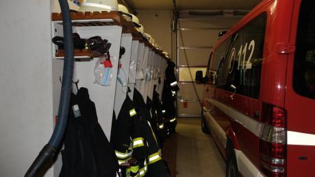 Im Feuerwehrhaus in Deiningen ist nur wenig Platz zum Umziehen, Umkleidekabinen gibt es gar nicht. Nun hat der Deininger Gemeinderat einen Entschluss für die Zukunft getroffen.
