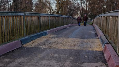 Weil tragende Teile der Brücke in Oettingen zum Areal Mühlespan Richtung Freibad beschädigt sind, muss die Stadt im Eiltempo die Sanierung auf die Beine stellen. Im Frühjahr soll auch der Minigolfplatz umfangreich saniert werden.