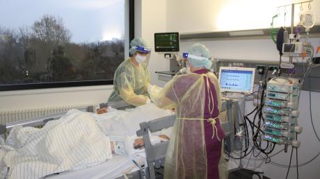 In voller Montur: Funktionsoberärztin Anne Kullick (links) und stellvertretende Stationsleiterin Petra Müller versorgen einen Corona-Patienten auf der Intensivstation des Nördlinger Stiftungskrankenhauses.