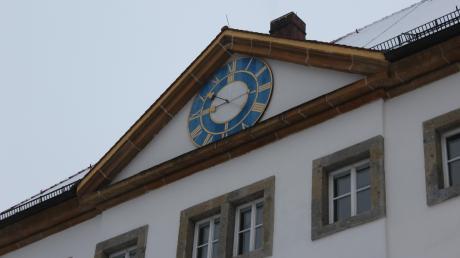 Die Schlossuhr in Reimlingen hat sechs Jahre lang nicht funktioniert, nun geht sie wieder richtig und auch Glockenschläge erklingen. Repariert hat sie Thomas Kalmeier, zusammen mit Diethard Pfeiffer.
