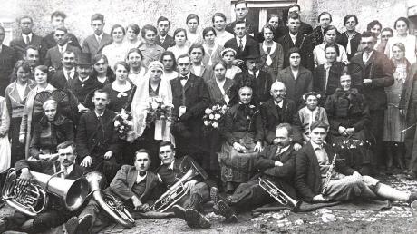 """Die """"Hochzeitsgesellschaft 1932"""", deren genaue Herkunft Kreisheimatpfleger Herbert Dettweiler mit Hilfe unserer Leser klären wollte. Das Vorhaben ist – wieder einmal – geglückt."""