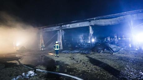 Eine völlig zerstörte Lagerhalle in Munningen mit ausgebrannten Traktoren: Nach dem Großeinsatz waren die Brandermittler in den letzten Tagen vor Ort, auch mit mit Brandmittelsuchhunden.
