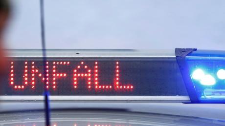 Eine junge Autofahrerin hat an einem Kreisverkehr in Vöhringen einen Auffahrunfall verursacht.