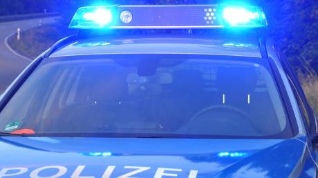 Ein geparktes Auto wurde in Aystetten beschädigt. Der Unfallverursacher fuhr davon.
