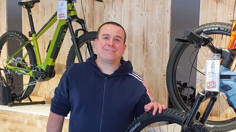 Fahrradhändler Thomas Müller freut sich über das große Interesse an E-Bikes in der Pandemie.