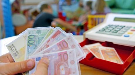 Grund zur Freude für Eltern in Altenmünster: Die Beiträge für den Kindergarten werden teils zurückerstattet.