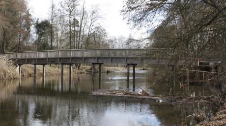 Die Brücke zum Freibad hat den Oettinger Stadtrat in seiner jüngsten Sitzung wieder beschäftigt. Bis zum Start in die Freibadsaison ist es nicht mehr lange, die Brücke über die Wörnitz ist die Hauptverbindung zur Insel.
