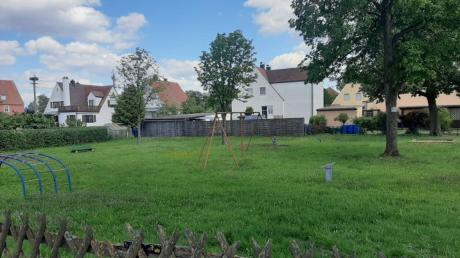 """Der Oettinger Spielplatz Am Weißen Kreuz soll """"trockengelegt"""" werden, teilt die Stadt mit. Dazu haben Erdbaumaßnahmen begonnen."""